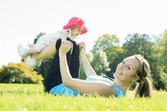 Sportvrouw buiten baby stock fotografie