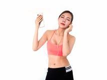 Sportvrouw die en slimme telefoon bevinden zich houden geïsoleerd op witte B stock afbeelding