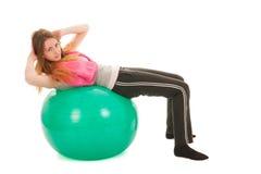 Sportvrouw die met bal abs opleiden stock foto's