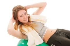 Sportvrouw die met bal abs opleiden royalty-vrije stock afbeelding