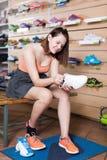 Sportvrouw die professionele schoenen kiezen stock foto's