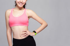 Sportvrouw die slim horloge dragen royalty-vrije stock afbeelding