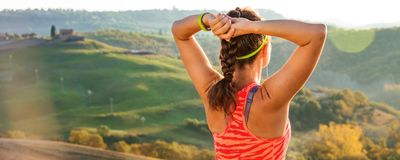 Sportvrouw die tegen landschap van Toscanië afstand onderzoeken Royalty-vrije Stock Foto's