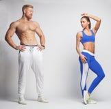 Sportvrouw en sportman die elkaar bekijken Stock Foto