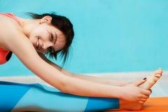 Sportvrouw op deken in gymnastiek Stock Afbeelding