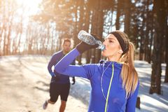 Sportvrouw op opleidings drinkwater Royalty-vrije Stock Afbeelding