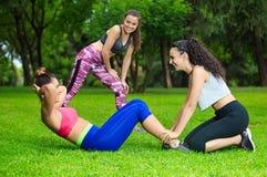 Sportvrouwen die in park uitoefenen Royalty-vrije Stock Foto's