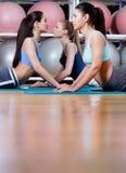 Sportvrouwen die uitrekkende fitness oefening doen Royalty-vrije Stock Fotografie