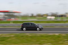 Sportwagen, der sich schnell bewegt Stockbild