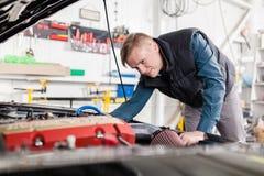 Sportwagen in een workshop Stock Fotografie