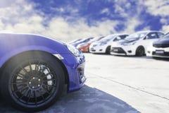 Sportwagen en Gebruikte die auto's, in het parkeerterrein van het Handel drijvenwachten dat aan klanten worden moet verkocht en w royalty-vrije stock afbeelding