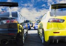 Sportwagen en Gebruikte die auto's, in het parkeerterrein van het Handel drijvenwachten dat aan klanten worden moet verkocht en w stock afbeeldingen