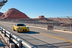 Sportwagen op woestijnweg stock afbeelding