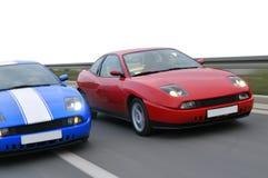 Sportwagen twee die op de weg rent stock fotografie
