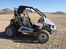Sportwagen in woestijn Stock Afbeeldingen