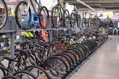 Sportwarenladenfahrräder stockbilder