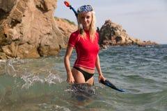 准备她的下潜的sportwear的性感的潜水者女孩 免版税图库摄影