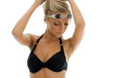 Sportwoman en traje de baño con los anteojos de la natación fotos de archivo