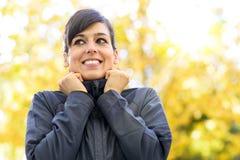 Sportwoman-Porträt auf Herbst Stockfotos