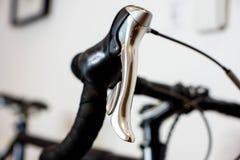 Sporty ściga się rowerowego handlebar z chrom hamulcową dźwignią obrazy stock