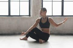 Sporty żeński robi joga blisko okno obrazy royalty free