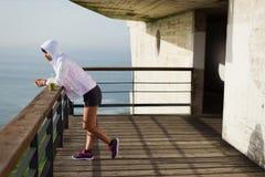 Sporty азиатская женщина принимая остатки разминки стоковое изображение rf
