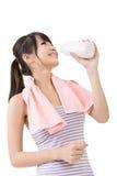 Sporty азиатская питьевая вода женщины от бутылки стоковые изображения