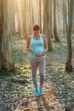 Sporty беременная женщина на на открытом воздухе разминке фитнеса с smoothie  стоковые изображения