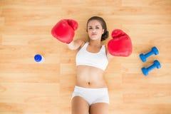 Sporty брюнет держа красные перчатки бокса в воздухе Стоковое фото RF