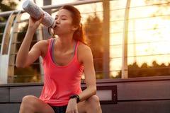 Sporty бутылка с водой женщины стоковое изображение