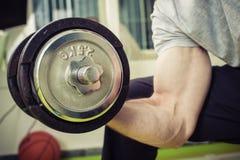Sporty весы подъема человека на спортзале Стоковое фото RF