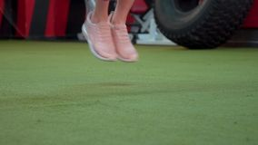 Sporty девушка скачет веревочка в спортзале видеоматериал