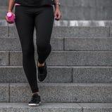 Sporty девушки на шагах Стоковое Изображение