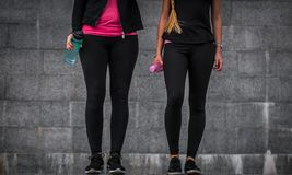 Sporty девушки на шагах Стоковая Фотография