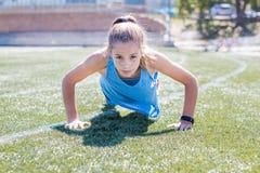 Sporty делать девушки нажимает вверх Стоковые Изображения RF
