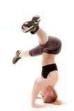 Sporty девушка делая протягивающ изолированную тренировку Стоковое фото RF
