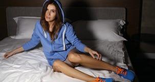 Sporty девушка на кровати акции видеоматериалы