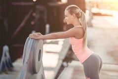 Sporty девушка на улице стоковое фото