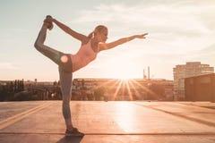 Sporty девушка на улице стоковые фото
