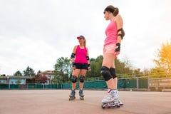 Sporty девушки в rollerblade гольфа стоковые изображения rf