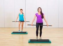 2 sporty девушки на фитнес-клубе Стоковые Изображения RF