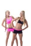 Sporty девушки работая и смотря один другого Стоковые Изображения RF