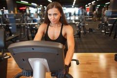Sporty женская тренировка на цикле стоковая фотография rf