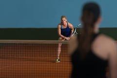 2 Sporty женских теннисиста наслаждаясь игрой Стоковые Изображения