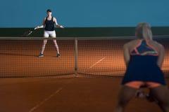 2 Sporty женских теннисиста наслаждаясь игрой Стоковое фото RF