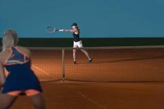 2 Sporty женских теннисиста наслаждаясь игрой Стоковые Фотографии RF