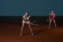 2 Sporty женских теннисиста наслаждаясь игрой Стоковая Фотография