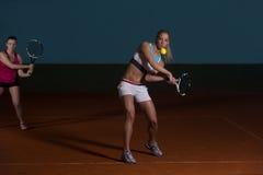 2 Sporty женских теннисиста наслаждаясь игрой Стоковая Фотография RF