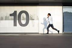 Sporty женщина бежать и работая в городе Стоковое фото RF