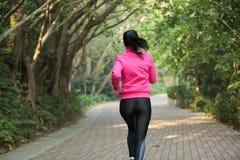 Sporty женщина бежать на следе Стоковое фото RF